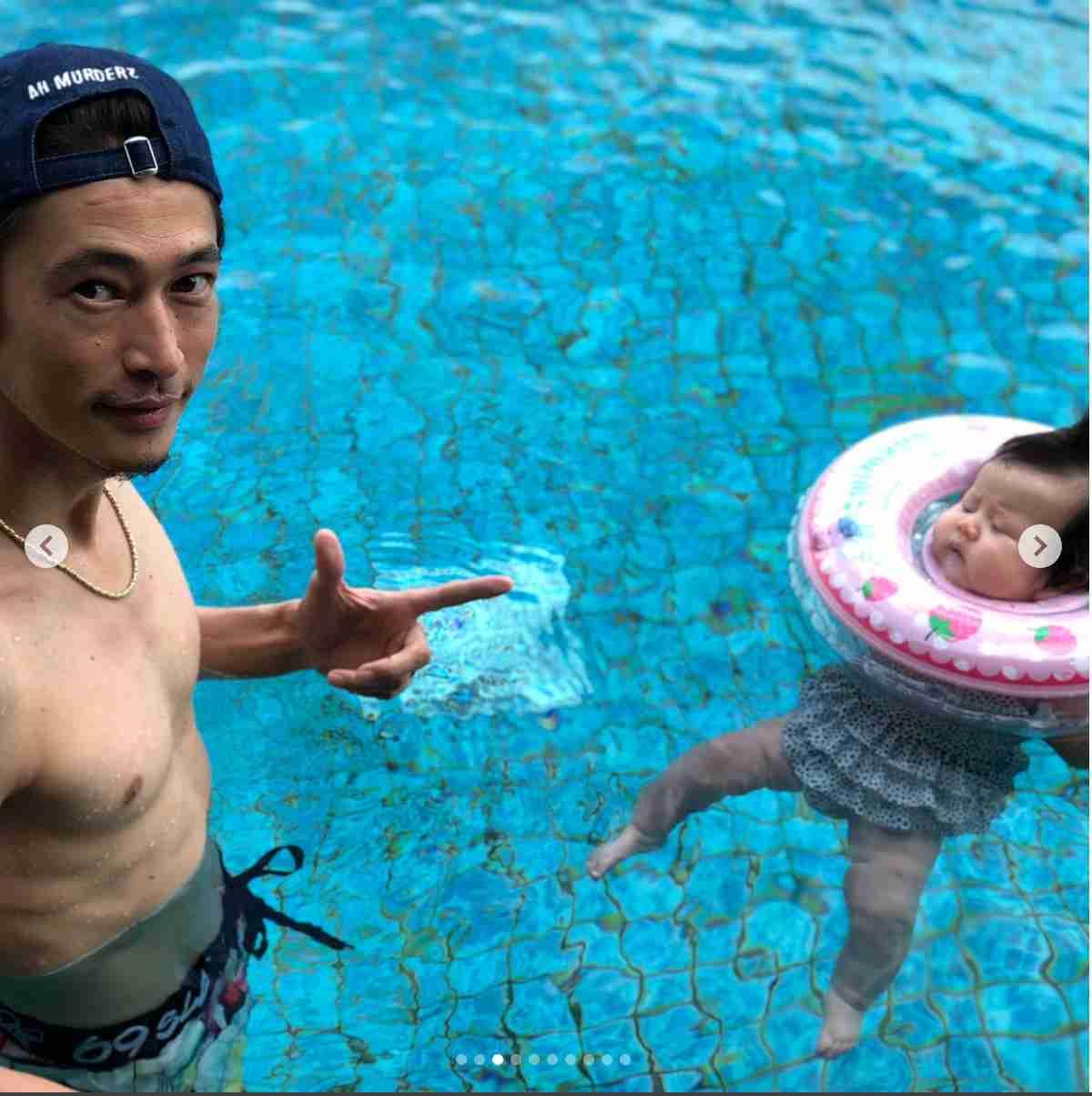 窪塚洋介、バリ島で生後3か月の娘とプールで遊ぶ 家族旅行の写真がどれも素敵!