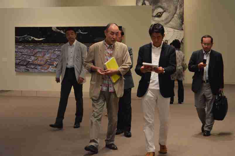 香取慎吾出展のアート展に安倍首相来場 自ら作品を説明