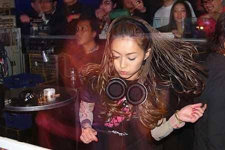 クラブで踊って楽しんでいる人を理解できない人「うるさいだけでつまらない」「早く帰りたくなる」