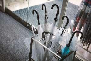 傘が盗まれるのは自己責任?「ビニール袋がなく傘持ち込み禁止の店」ってどうなの、という嘆きに店の立場で反論も