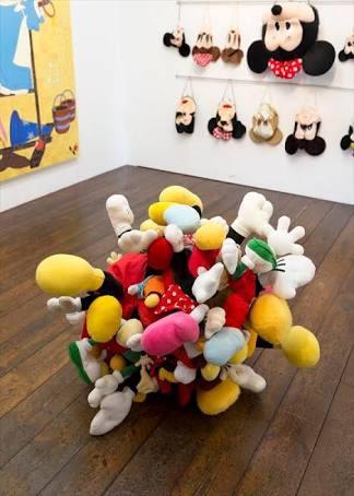 岡本光博が「ドザえもん展」開催。あのキャラクターの「水死体」で現代の著作権問題に切り込む