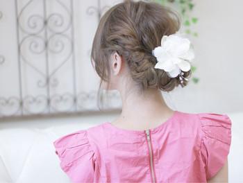 結婚式お呼ばれの際、髪飾りはつけますか?