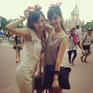 桐谷美玲&河北麻友子、これは目立つ!ディズニー双子コーデに女子興奮