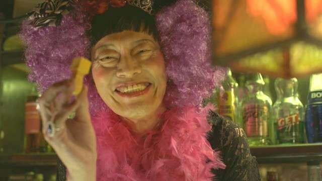 遠藤憲一、女装姿が衝撃的!バーのママ役