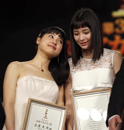 土屋太鳳、色気漂うショット公開 10周年メモリアル写真集発売を報告