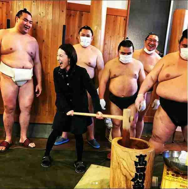 """奥菜恵""""相撲部屋""""で恒例の餅つき 最高の笑顔に「今一番明るくて楽しい部屋はここですね」"""