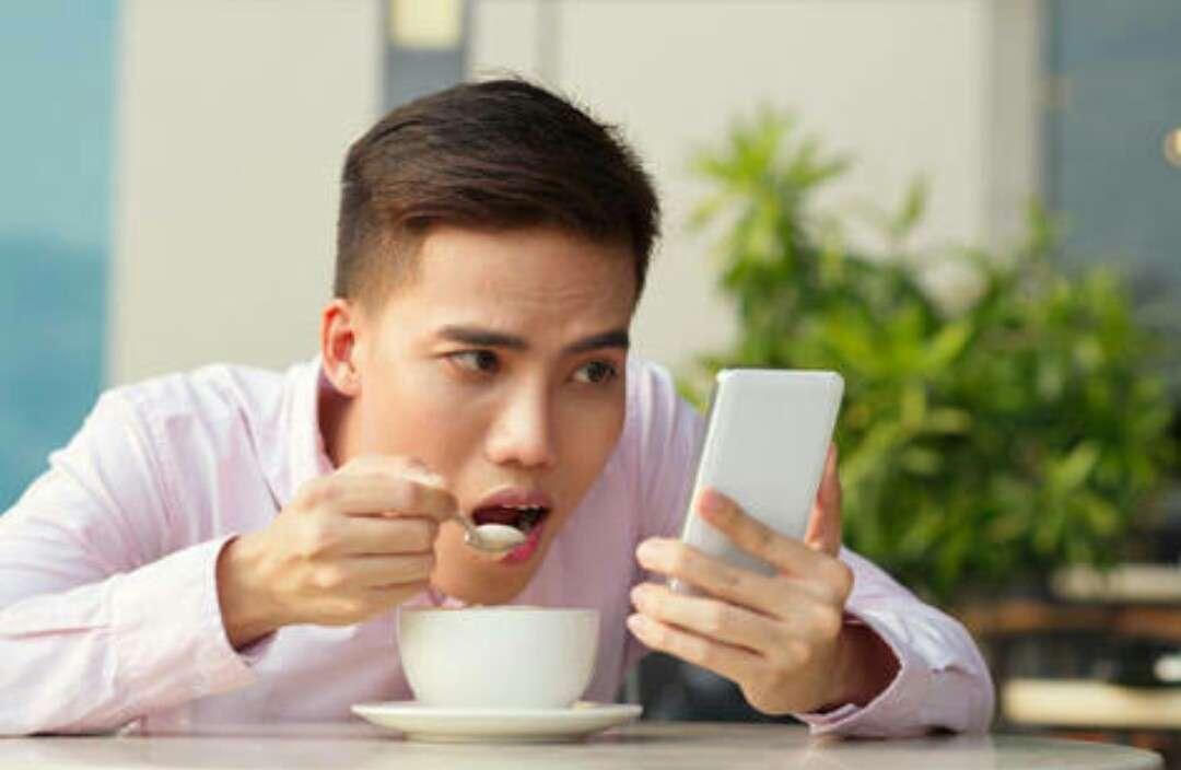 1人外食での「ながら飯」は許せる?「不快」「行儀悪い」と非難の声も