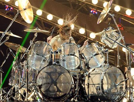 YOSHIKI、ドラムでライブ復帰へ 4月米フェスで手術後初のフルステージ挑む
