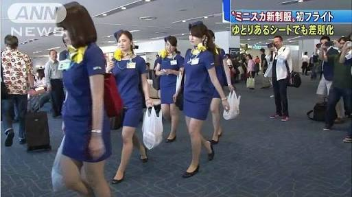 エアアジアのCAの制服が過激すぎると女性ジャーナリストが政府にクレーム!