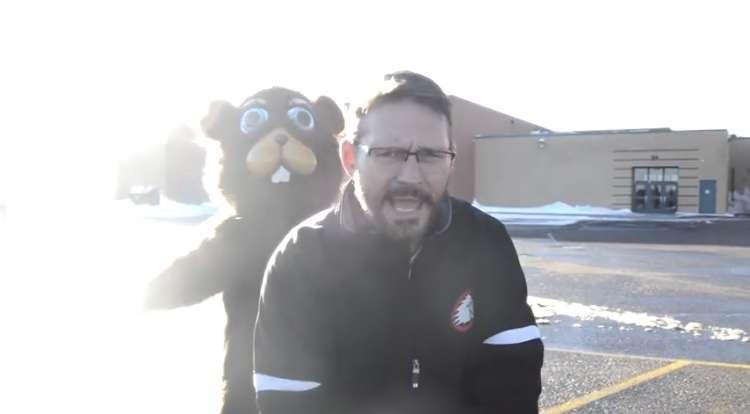 【クセがすごい】休校のお知らせをバックストリート・ボーイズの替え歌で紹介する職員の動画が最高! 「大雪でどの学校も休みだよ 家にいて〜♪」