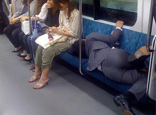 電車でイケメンが自分にもたれて寝てしまったらどうしたらいいですか?
