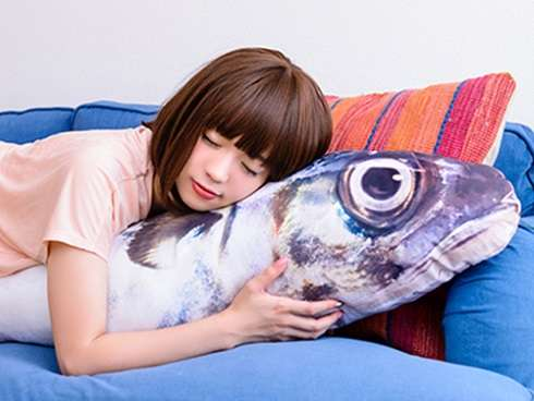 部屋にでかい鯖を置きたいという全人類の願いをかなえてくれる巨大鯖クッションケースが登場 全長180センチ