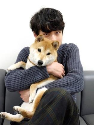 イケメンと犬の画像