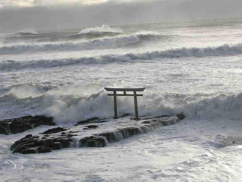 「神磯の鳥居」で事故続発「インスタ映え」求め観光客が急増