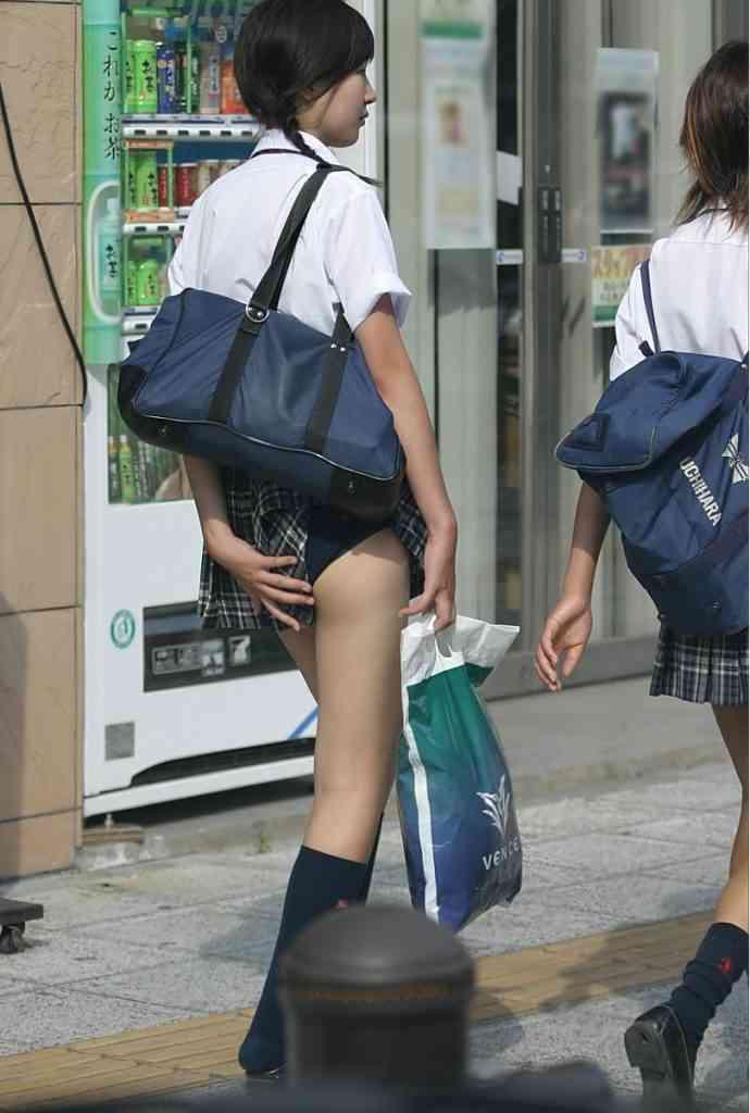スカートがずり上がってる人に教えてあげますか?
