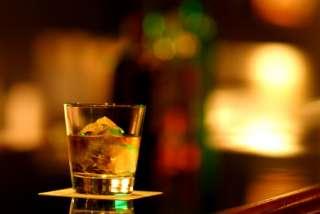 お酒を飲みながら雑談するトピ