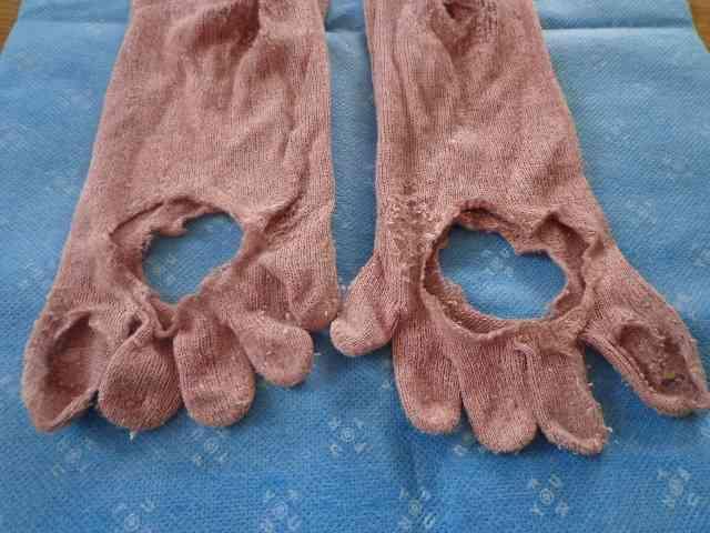 靴下の穴、縫って履きますか?