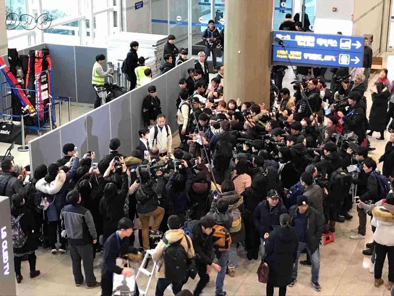 羽生結弦「頂点を」8人警備で韓国入り仁川空港騒然