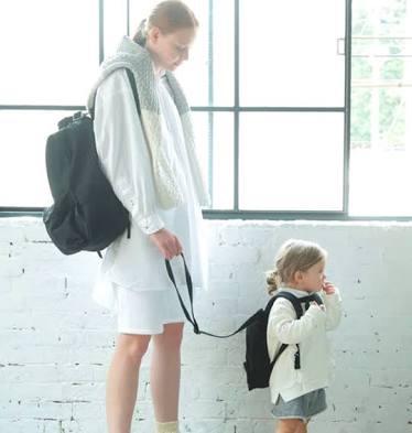 外出先で子供から目を離す親