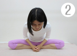 【チャレンジ!】体育座りをして、膝に顎を乗せてみてください。