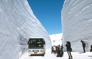 もはやアート 豪雪の福井で車を掘り出すために雪かきをした結果がこちら