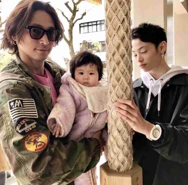 「素敵な兄妹」「アイルくんがまんま窪塚さん」 窪塚洋介、娘の初節句で家族写真を公開
