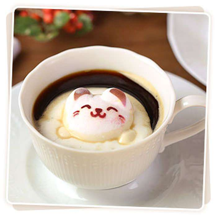 コーヒーブレイクに癒やしをプラス 宇宙服で飲み物に浮かぶネコのマシュマロ「NYASA」が登場