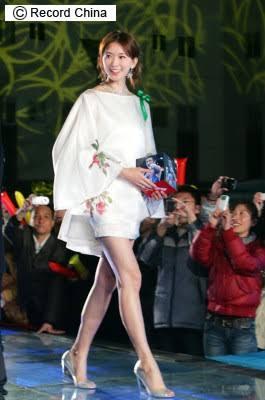 稲村亜美、特製ユニフォーム姿の美脚がまぶしい