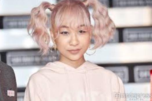 青山テルマ、網タイツの美脚ショットに「バービー人形みたい」