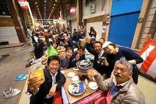 交差点でこたつ囲んで鍋 男女4人組、京都大学内へ消える