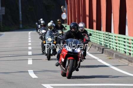 東名高速上り線でバイク転倒、助けようとした仲間はねられ死亡