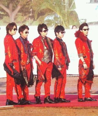赤い衣装の芸能人