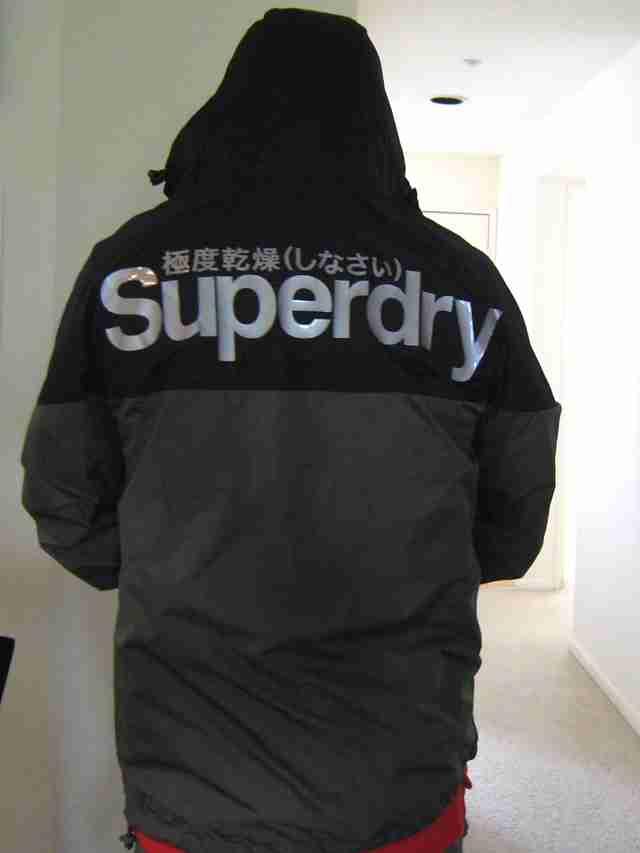 英語が分からず「死ね」と書かれた服を保護者会に着て行った母親(中国)
