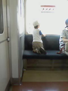 混雑した場所や電車内で子供を抱っこする時に靴を脱がせない親についてどう思いますか?