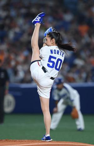 ミス日本グランプリの市橋礼衣さん 見事な美脚で「I字」投法