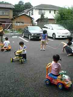 道路族を車でひきそうになりヒヤヒヤ「路上で野球やドッジボールはやめて!」