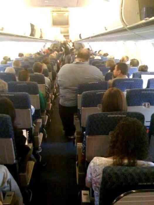 機内で「場所取りすぎ」と嫌がらせ受けたぽっちゃりモデル、思わぬ反撃に出る
