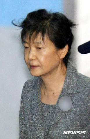 パク・クネ(朴槿恵)前大統領に懲役24年の実刑判決 収賄などの罪で