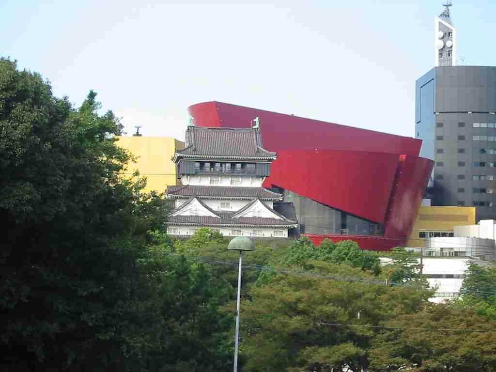 札幌時計台がっかり度アップ?背後に「創世スクエア」出現 観光客は困惑