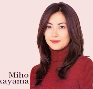中山美穂:ヌーディーカラーの総レースドレスで美背中披露