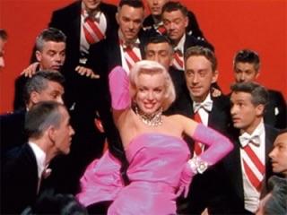 マギー、全身ピンクのセクシーな衣装にファン釘付け「マリリン・モンローみたい」の声も