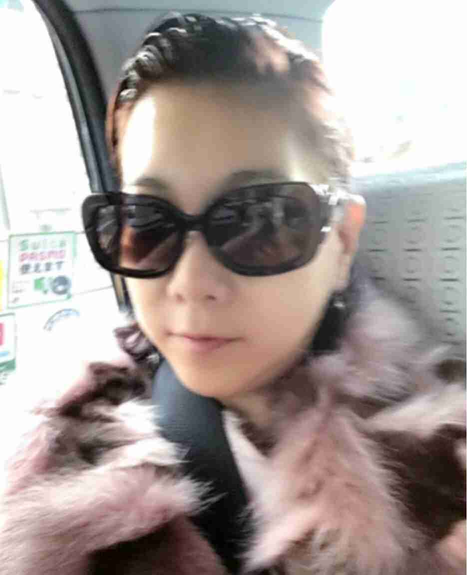 堀ちえみ 夫婦で娘の高校の保護者会に…服バッグは韓国、靴はフェラガモ