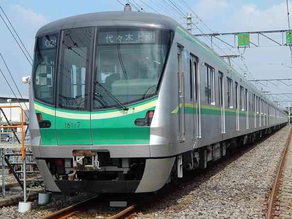 「ナチュラルに乗ってる!」 川口春奈、変装ゼロの電車移動ショットにファン驚き