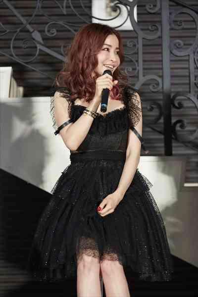 ある意味ロックでかっこいい? 47歳・平子理沙のピンクの髪とセクシードレス