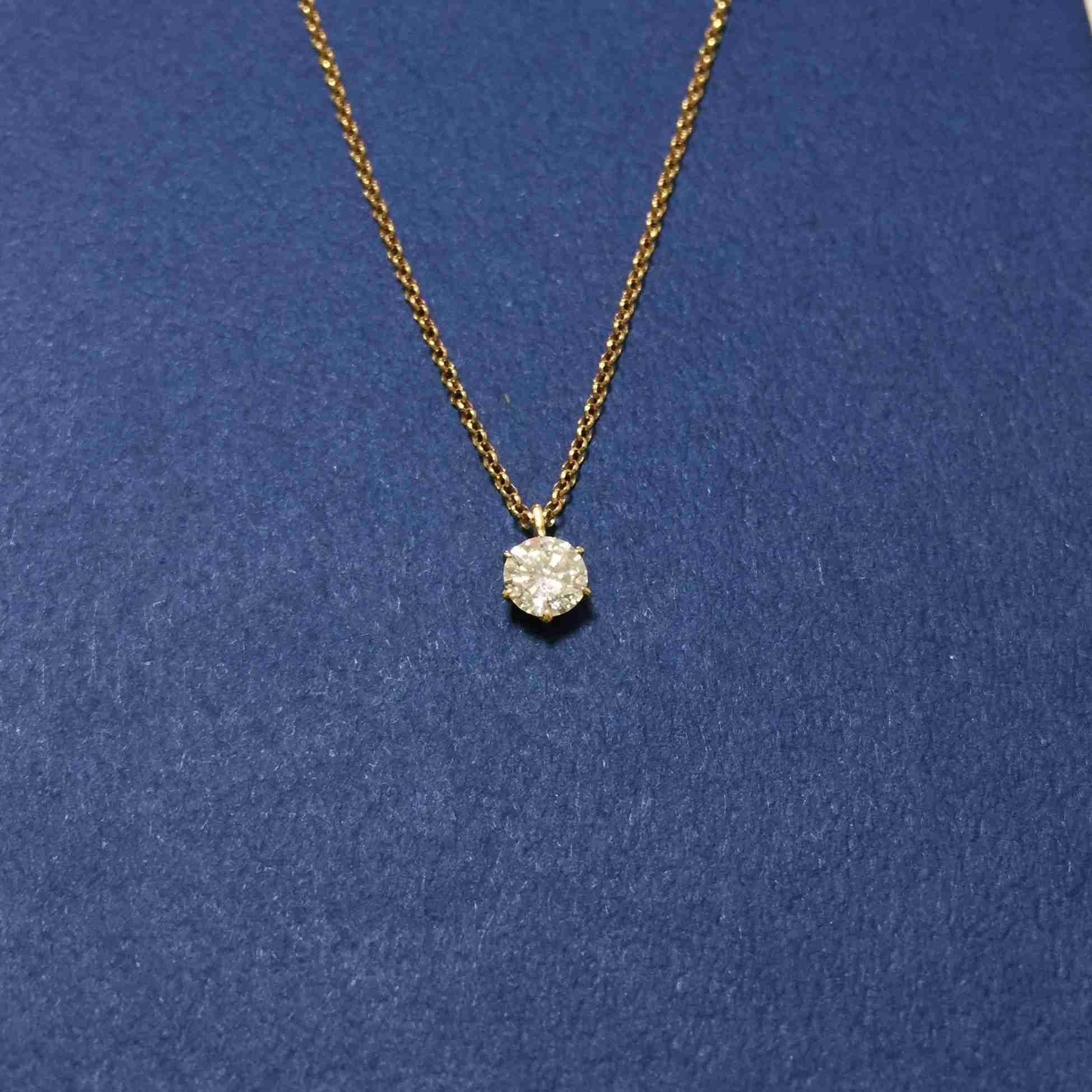 一粒石のダイヤのネックレスのチェーンはゴールド派?プラチナ派?