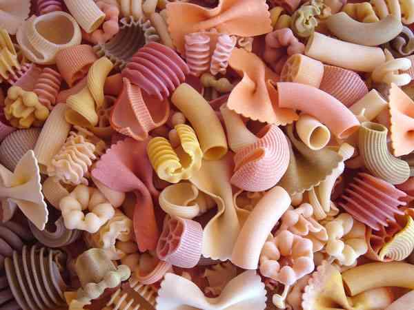 いろいろな形のパスタが集まるトピ