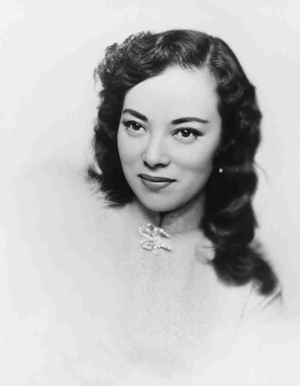 謎の女子高生の正体は? 45年前に撮影されたモノクロ写真がカッコよすぎる