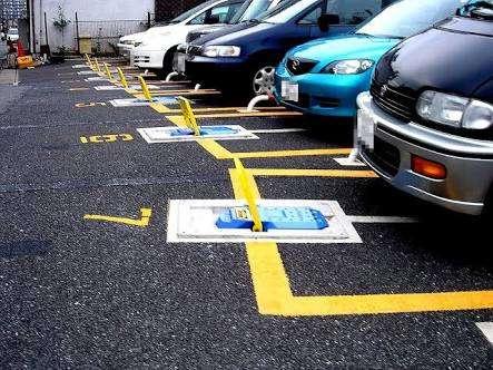 障害者用駐車スペース中央に三角コーン 停めるまで18分もかかる現実にルールなし
