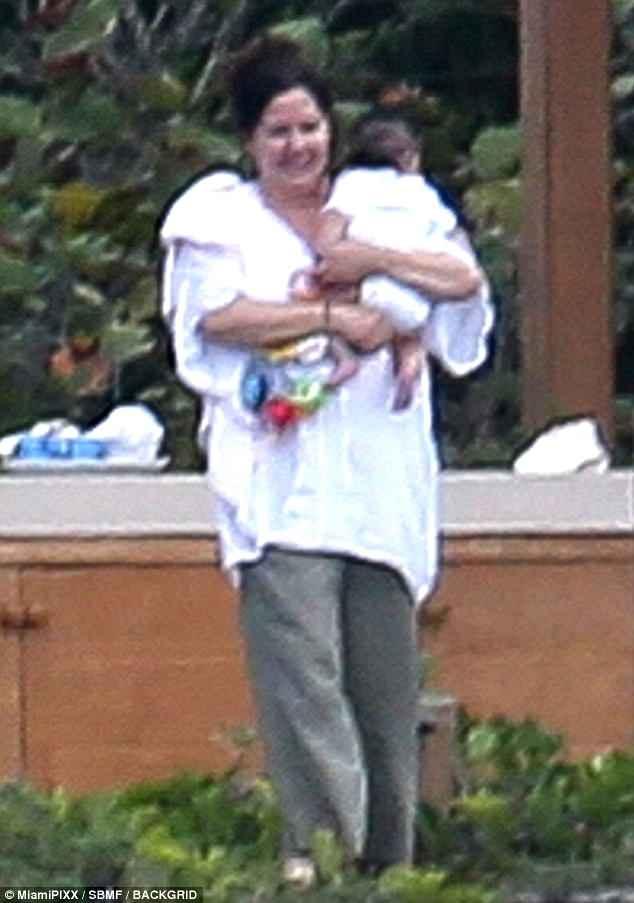 カイリー・ジェンナー、生後3か月愛娘とのショットに900万超「いいね!」