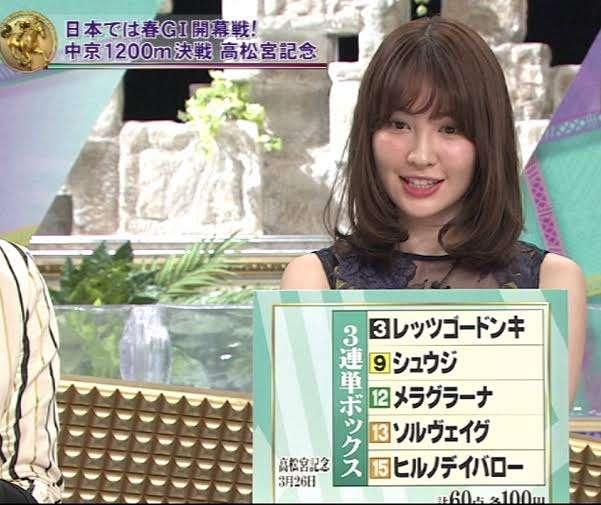 小嶋陽菜、セクシーな水着姿を公開 深く切り込んだ胸元がエロかわいい